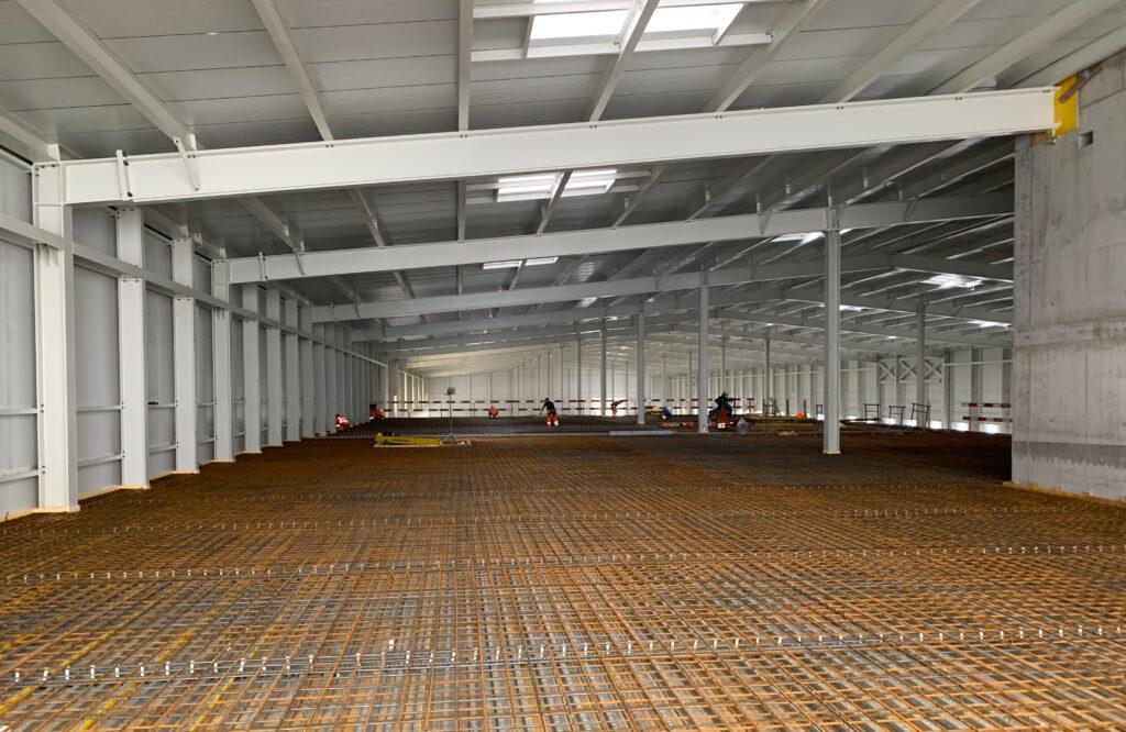 Produktionshallen der neuen Post Untervaz im Rohbau